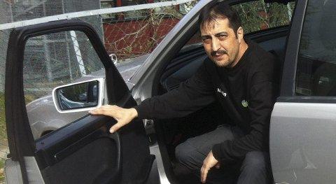 BILEIEREN: Metit Inan fra Lofsrudhøgda dro helt til Hamar for å skaffe nye felger til bilen. Han håper de får være i fred.FOTO: PRIVAT
