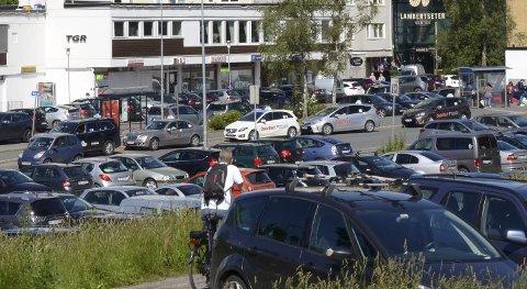 PARKERING: Hva skal skje med p-plassen i Langbølgen? Arkivfoto
