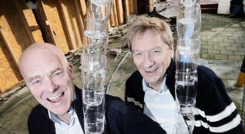 SKJENKEKONGER: Jan Klev og Gunnar Andersen på Vertshuset Skarven har balanse både i regnskapet og i barskapet. De kan juble over et godt år i fjor.