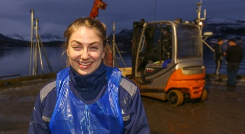 FIN JOBB: Sandra Marianne Kræmer stortrives i jobben som fiskekjøper i Nord-Troms