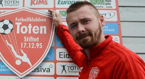 ARRANGØR: Steffen Hjelmtvedt og FK Toten arrangerer romjulsturnering i fotball 3. juledag. Hele turneringa i Totenhallene kan du se på OA-TV.