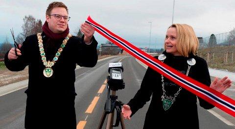 DISPUTT: Fylkesordfører Even Alexander Hagen og daværende ordfører Guri Bråthen gledet seg sammen ved åpning av ny fylkesvei 33 i Totenvika. Når det gjelder gatelys er ikke forholdet like hjertelig.