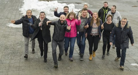 Topp stemning: Anført av Rolf Kristensen fra Ski Rockteater stormer denne lokale kulturgjengen frem. Foto: Kari Kløvstad