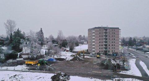 STØY: Nabo reagerer på anleggsaktiviteten på tomten etter Follo barne- og ungdomsskole.