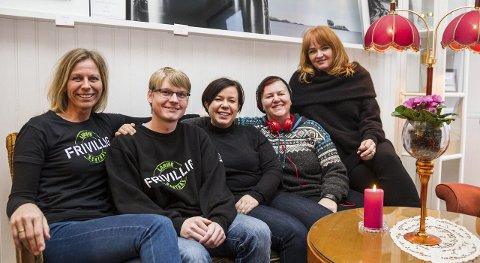 Samarbeider: Fra venstre Marianne Skyvulstad (koordinator for innflytterguide), Lars Grøvlen (frivillig leksehjelp), Jannicke Haugen (prosjektleder Fargespill), Heidi Kongsteien (assistentleder Fargespill), Tone M. Anderssen (leder Frivilligsentralen). Foto: Sigrid Ringnes