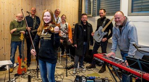 Klare for ny konsert: Dr. Nielsen er klare for Sanden scene lørdag 5. mai- Foran bandets siste tilskudd, Rebecca Nøstrud Isaksen. Bak.f.v. Tore Ramberg, Morten Langvik, Terje Svendsen, Kari Anne Eikenes, Boss Næss, Fred Ove Halvorsen og Bjørn Jakobsen.