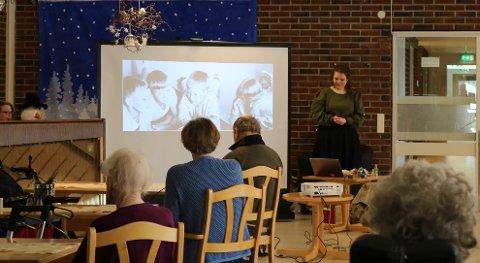 LYDHØRT PUBLIKUM: Når Maria Kolstad Johannessen fra Larvik Museum forteller, tas de eldre på sykehjemmene med på en reise tilbake til sin egen barndom.