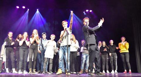 MANGFOLD: Elever fra valgfag sal og scene på Løten ungdomsskole viste seg fram i Løten kino.