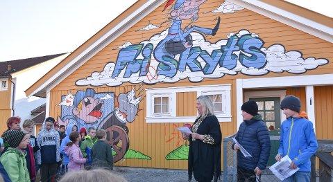 VEGGMALERI: Ordfører Bente Elin Lilleøkseth avduket kunstverket på Ådalsbruk skole sammen med Andreas Kant og Håkon Syringen fra elevrådet.