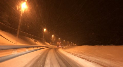 KJØR PENT: Slik så det ut på riksveg 3 mellom Elverum og Rena mandag ettermiddag.