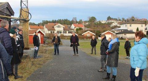 Utvalg for miljø og byutvikling i Porsgrunn kommune var på befaring ved moloen på Sandøya før behandlingen av saken om regulering av nytt fergeleie ved moloen. Noen av øyboerne på Sandøya møtte politikerne.