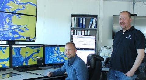 TEKNOLOGI: Maritim trafikkleder Terje Halvorsen og sjøtrafikksentralsjef Per Einar Johnsen sier at Brevik sjøtrafikksentral har kompetansen og erfaringen til også å betjene skipstrafikken i vest.
