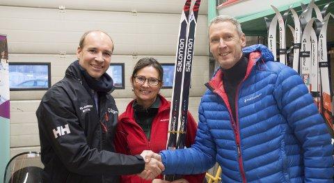 Stolt støttespiller: Lars-Andreas Østvik fra Helgeland Kraft (t.v.) fikk æren av å overrekke 15.000 kroner til BUA. Det er Grete Lian og Wim Kok svært glade for. Foto: Vilde Haugen.