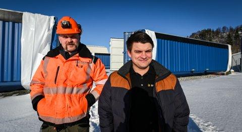 Eirik Solfjeld (t.h.) i Bitfury signerer kontrakt med Lars Magnussen (t.v.) og Imtas om leveranse om nye containere.