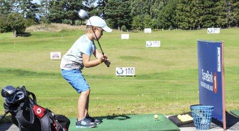 Fint slag: Gabriel Lyster på golf-camp hos Tyrifjord Golfklubb. Her ved utslagsrampen, eller den såkalte drivingrangen.