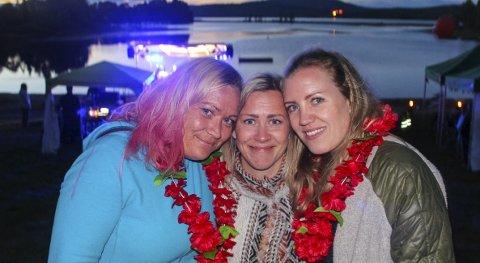 Midtpunktet: MS-syke Hilde Lindin Gjerdrum flankeres her av venninnene Caia Haugsbakk (t.v.) og Ida Fjeldberg Bjerke på «Heia Hilde-festivalen» på Limastranda ved Hurdalssjøen lørdag kveld. Foto: Rune Fjellvang