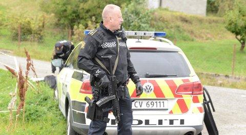 SPERRET AV: Store politistyrker ble sendt til Feiring og et stort område rundt boligen ble sperret av.
