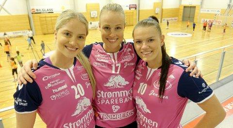 FRA HVITT TIL ROSA: Pernille Sannes Nylend (f.v.), Karoline Strømberg og Anniken Wollik i Rælingen. FOTO: RÆLINGEN HK