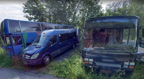 PARKERT: Bussene står parkert, men det ser ikke ut til at de er flyttet på en stund.