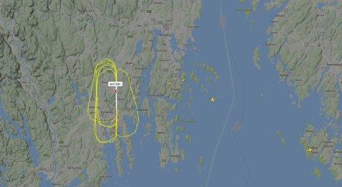 RUNDER: SAS-flyet tok mange runder over Torp lørdag formiddag. Skjermdump fra flyradaren