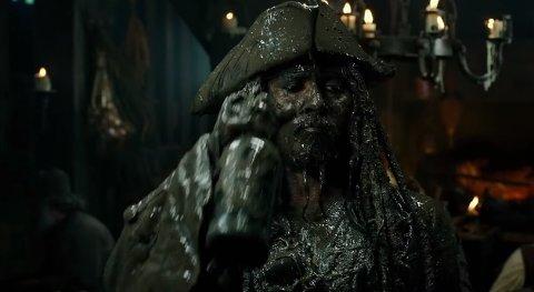 SØLETE KAPTEIN: Slik er de første glimtene av kaptein Jack Sparrow, alias Johnny Depp, i den nye traileren for «Pirates of the Caribbean 5». (Foto: Screenshot fra traileren/Disney)
