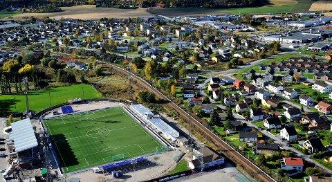 STADION: Bane NOR ønsker kun å bygge dobbeltsporet gjennom Yvenåsen og følge  den nåværende traseen fra Sarpsborg stadion og videre til den den nye stasjonen i Glengshølen. Men lover at alternativene over Tunejordet også blir lagt ut på høring.