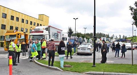 TRANGT OM PLASSEN: Bare noen av de 63 lastebilene fikk plass nærmest sykehuset.
