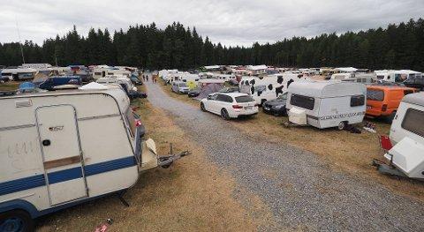 FULL FEST: Det var mange som tok festen litt vel langt i natt. Her fra campingområdet.