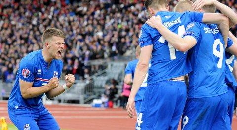 Islands Kolbeinn Sigthorsson jubler sammen med Johann Gudmundsson etter å ha scoret mot Tsjekkia. Island har en god statistikk mot Tyrkia.