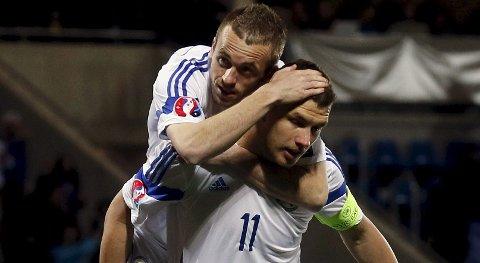 Bosnia-Herzegovinas Edin Dzeko (foran) og Edin Visca jubler etter en scoring mot Andorra. I kveld møter de tøffere motstand i Dublin.