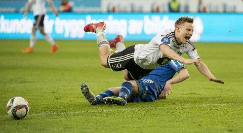 Rosenborgs Jonas Svensson legges i bakken av Kent-Are Antonsen i eliteseriekampen mellom RBK og TIL på Lerkendal stadion.  Foto: Ned Alley / NTB scanpix