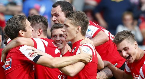 Freiburg's Nils Petersen (C) and his team mates celebrate the victory of their team against Bayern Munich after their German Bundesliga first division soccer match in Freiburg, Germany, May 16, 2015. Freiburg won the match 2-1.  REUTERS/Ralph Orlowski   DFL RULES TO LIMIT THE ONLINE USAGE DURING MATCH TIME TO 15 PICTURES PER GAME. IMAGE SEQUENCES TO SIMULATE VIDEO IS NOT ALLOWED AT ANY TIME. FOR FURTHER QUERIES PLEASE CONTACT DFL DIRECTLY AT + 49 69 650050