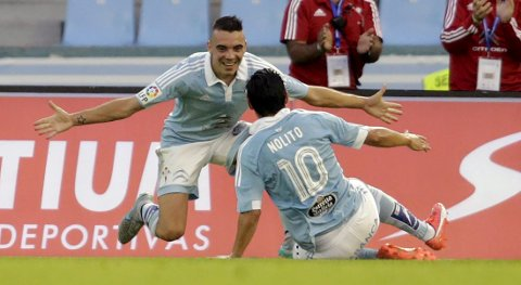 Celta Vigo's Iago Aspas (L) celebrates his goal against Barcelona with his team mate Nolito Agudo during their Spanish first division soccer match at Balaidos stadium in Vigo, Spain September 23, 2015. REUTERS/Miguel Vidal