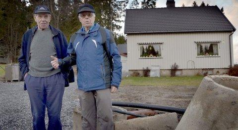 FORNØYD: Brødrene Anton og Ole Onstad kan ta farvel med septiktankene de har hatt siden 1950-tallet.