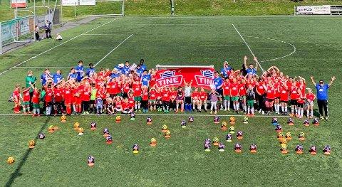 POPULÆR: Nærmere 90 barn i alderen 6 til 12 år, hvor av 30 av dem var jenter, deltok på  fotballskolen til Mysen IF fotballgruppe i sommer. Nå er den blitt kåret til Østfolds beste.