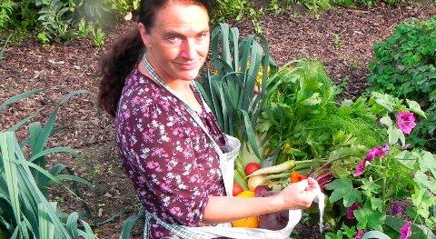 KURSHOLDER: Kirsty McKinnon er opptatt av at lokale ressurser skal brukes i matproduksjon enten det dreier seg om kjøkkenhage eller større gårder. Eksempler på lokale ressurser kan være kompost, tang eller hestegjødsel fra staller i nærområdet.