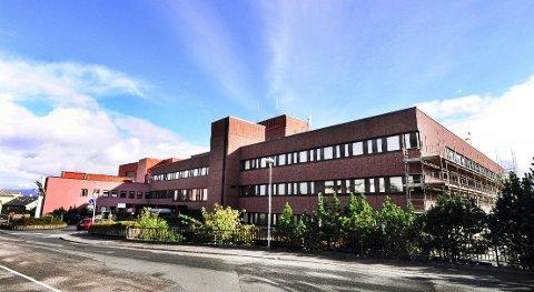 Vi er veldig tydelige på at fødetilbudet i Kristiansund skal bestå til sjukehuset på Hjelset er ferdig, sier Pål Farstad (V).