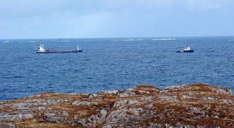 «Falkfjord» under slep utenfor Sveggen i Averøy onsdag formiddag.