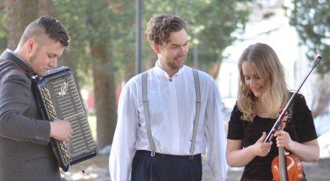 Ole Nilssen, Evald Fredholm og Elin Marie Christensen ønsker velkommen til nok en herlig sommerkveld i bakhagen på Skallevold.