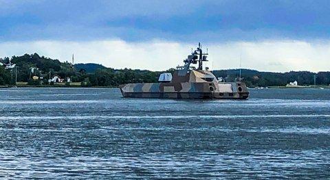 FORT: Båtene av Skjold-klassen er verdens raskeste marinefartøy. De seks som er i den norske marine kan gjøre opp til 60 knop. Tirsdag ettermiddag lå den i ro utenfor Nes, der flere av mannskapet ble satt i land.