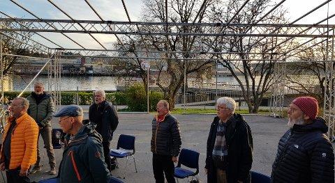 STORJUBILANTER: Tønsberg Sangforening, her ved noen av dem, øver for tiden utendørs, i hagen til Villa Nordbyen. Koret er 175 år i år.