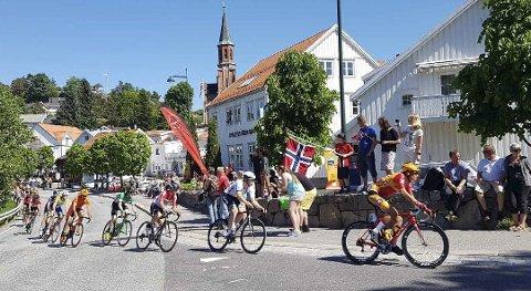 Fra Tvedestrand sentrum under fjorårest Tour de Fjords.