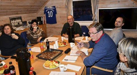 Årsmøte i Fotballklubben: Både leder Erik Pedersen (ved enden av bordet) og nestleder Oddvar Pedersen (nr. 2 f. h) går nå ut av styret i Tvedestrand Fotballklubb etter mange års innsats. Foto: Marianne Drivdal