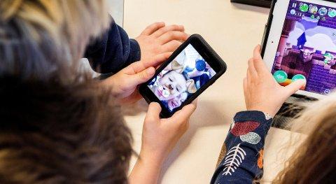 EGEN SMARTTELEFON: Nesten alle tiåringer har smarttelefon. Halvparten av dem bruker to timer daglig eller mer på mobilen.