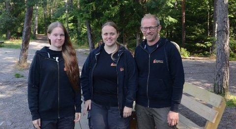 RYDDER OPP: Dette er gjengen som sørger for at flere steder i kommunen holdes fritt for søppel. Fra venstre: Julie Erlandsen Darell, Mai Helen Myhre Karlsen og Kjell Myhrer.