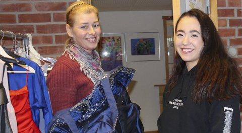 Låner ut: Ine Beate Scheie viser Marie Borgen et av ballantrekkene som nå er til utlån. Marie har allerede kjøpt seg kjole, men synes utlånstiltaket er kjempebra.Begge foto: Ole Jonny Johansen