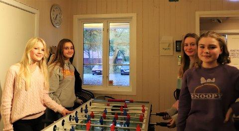 Koste seg: Sunniva Otterstad Baumann, Nilia Lervik Kalantary, Selma Ramberg-Haug og Vilde Marie Otterstad Baumann håper tilbudet på Sletta Kafé fortsetter.