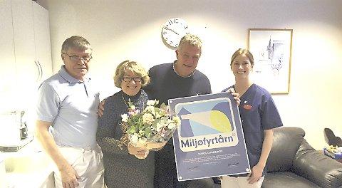 Fra venstre: Kjell Randen, klinikksjef; Anne Grethe Beck Andersen; ordfører Hans Vintervold; tannpleier Tina Morgestad (klinikkens miljø-ansvarlig)