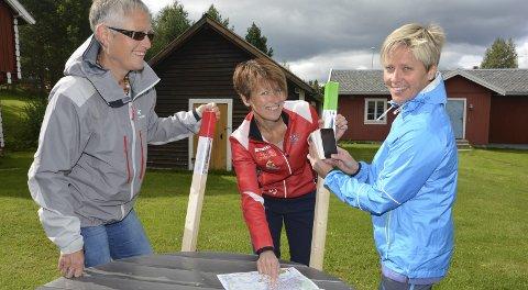 Stolpejakten har blitt en populær aktivitet på Tynset. F.v. Gudrun Bakken, Britt Vangen Sandvold og Sissel Bolstad.