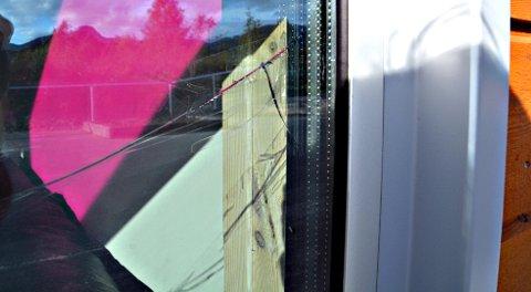 Bildet av sprukket vindu i Straumsnes barnehage, publisert oktober 2014. (Arkivfoto Yngve Lie).